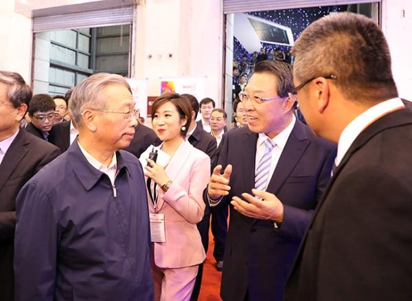 刘伟参加跨国公司领导人青岛峰会主会场洽谈活动